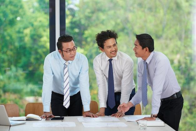Menedżerowie pracujący z dokumentami