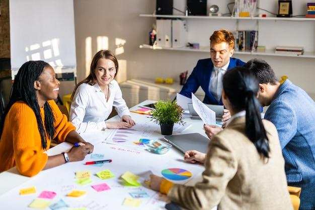 Menedżerowie projektów i pracownicy przeprowadzają burze mózgów na temat pomysłów