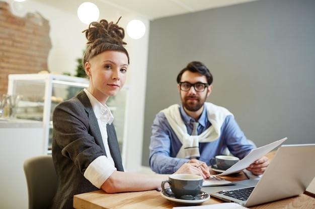 Menedżerowie w kawiarni