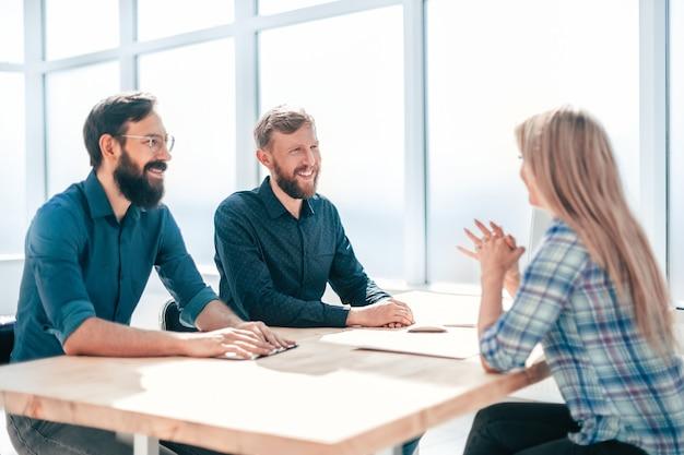 Menedżerowie w rozmowie z nowym pracownikiem