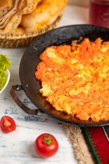 Menemen, omlet tureckiego śniadania z cebulą i pomidorami