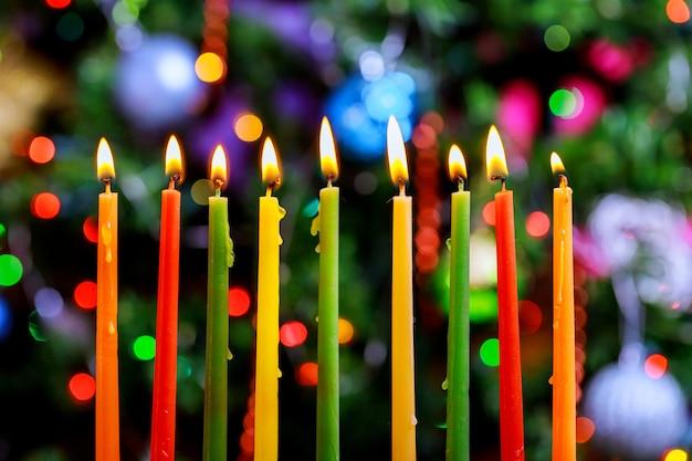 Menora chanuka z płonącymi świecami