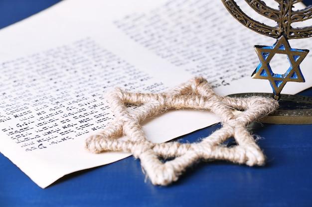 Menora, gwiazda dawida i strona z księgi rodzaju na drewnianym