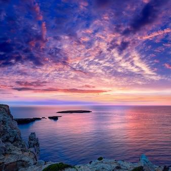 Menorca zmierzch w cap de caballeria przylądku przy balearic