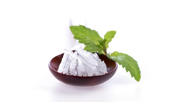 Menthol crystal i liście mięty na białym tle