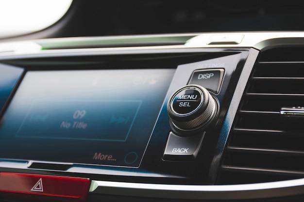 Menu i przycisk wybierz na multimedialnym panelu sterowania jednostki głównej w luksusowym samochodzie, koncepcja części samochodowej.