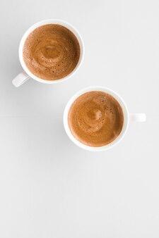 Menu napojów włoski przepis na espresso i koncepcja sklepu ekologicznego filiżanka gorącej francuskiej kawy jako napój śniadaniowy kubki flatlay na białym tle