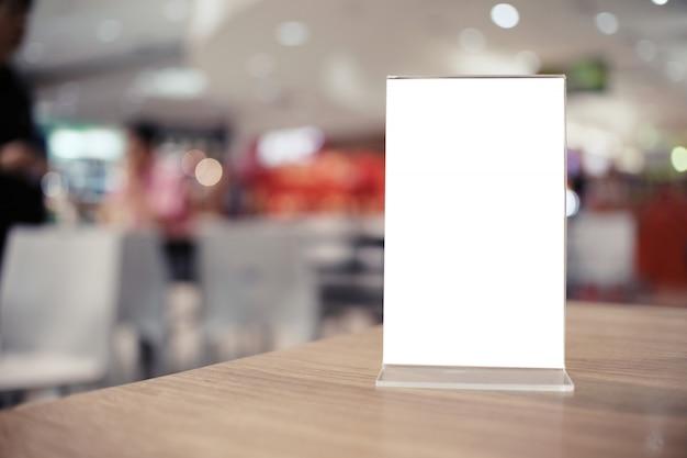 Menu ramowa pozycja na drewno stole w prętowej restauracyjnej kawiarni