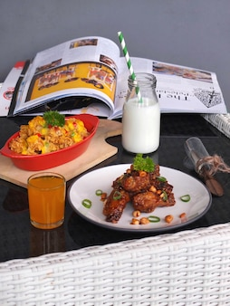 menu śniadaniowe z mlekiem, skrzydełkami z kurczaka i sokiem pomarańczowym