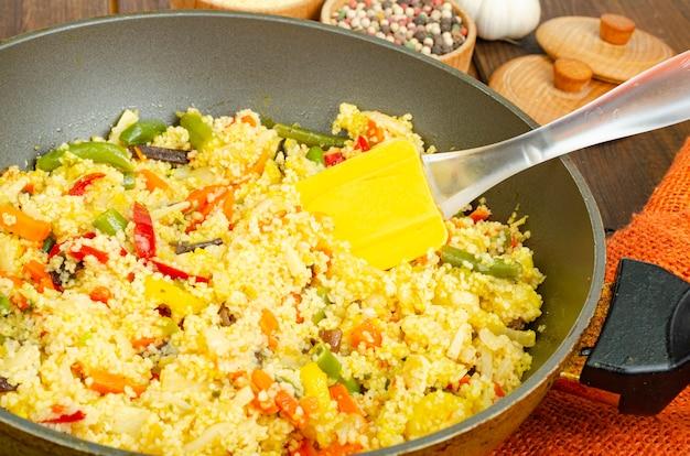 Menu wegetariańskie. dania z kuskusu z warzywami