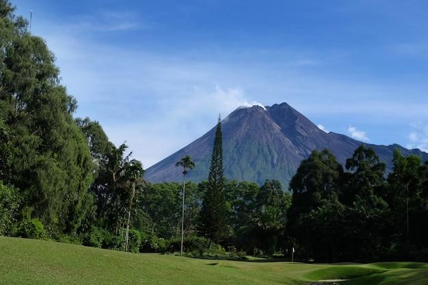 Merapi volcano yogyakarta widok z klubu golfowego merapi yogyakarta indonezja