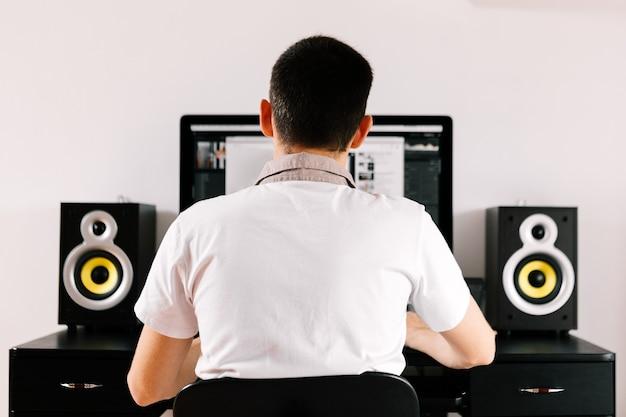Męscy blogerzy nagrywający w domu wideobloga lub vloga muzycznego blogowanie, muzyka, tworzenie.