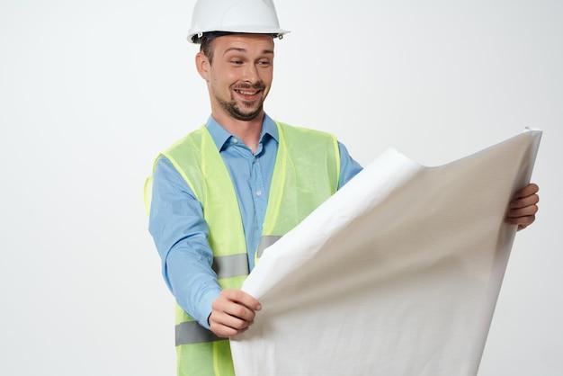 Męscy budowniczowie inżyniera światła w tle