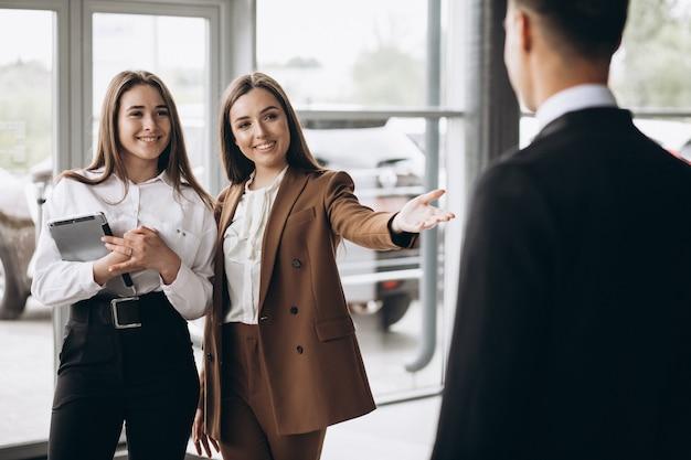 Męscy i żeńscy ludzie biznesu pracuje na pastylce w biurze
