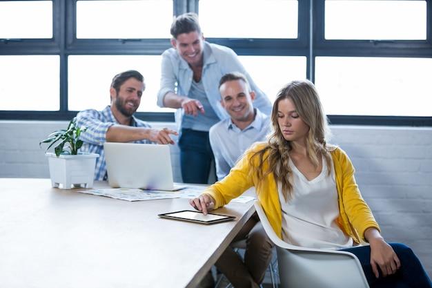 Męscy koledzy śmia się na bizneswomanu