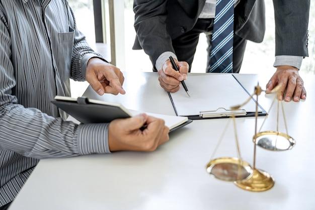 Męscy prawnicy i profesjonalny biznesmena działanie