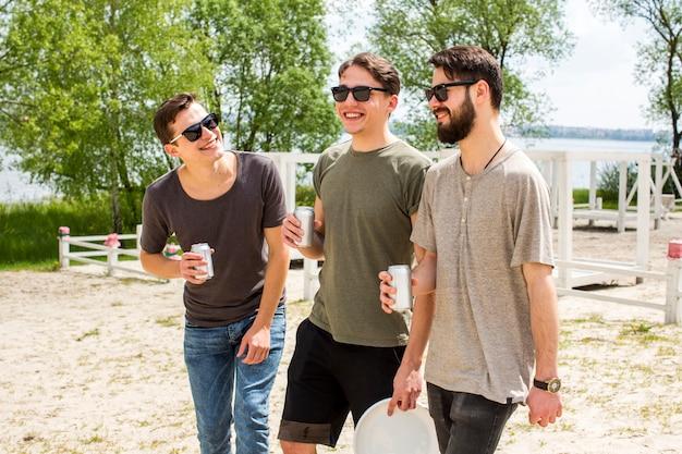 Męscy przyjaciele bawić się z piwem