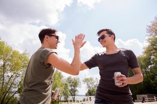 Męscy przyjaciele dający piątkę