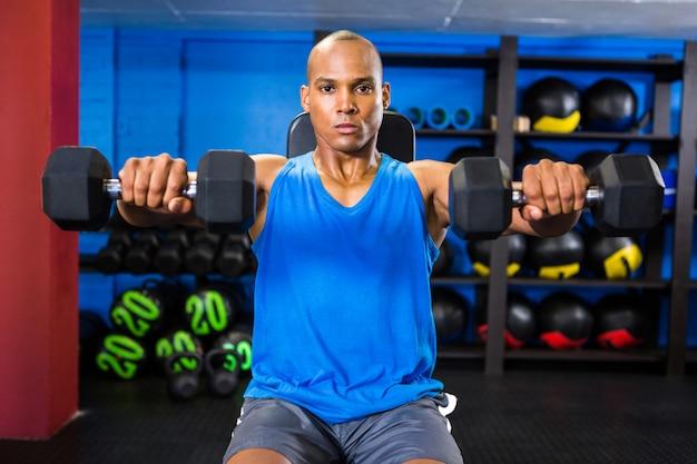 Męska atleta ćwiczy w sprawności fizycznej studiu