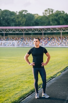 Męska atleta w stadium. sprinter