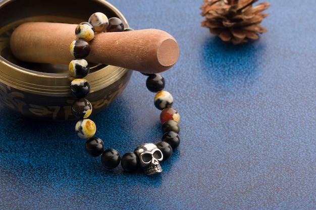 Męska bransoletka wykonana z kamieni naturalnych z czaszką