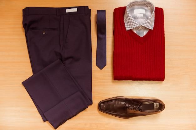 Męska koszula, sweter, spodnie, krawat i buty.
