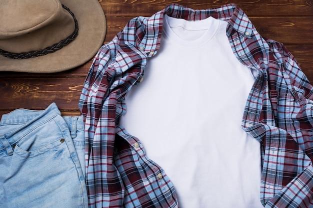 Męska koszulka z kraciastą koszulą i kapeluszem