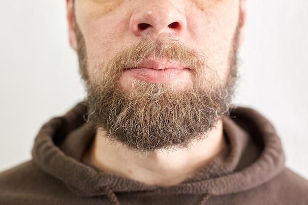 Męska krótka broda, portret mężczyzny w średnim wieku, męskie usta i nos.