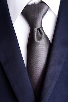 Męska kurtka z koszulą i krawatem z bliska