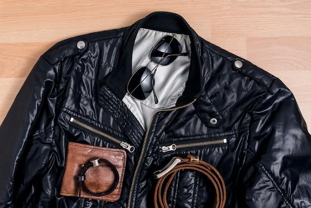 Męska modna moda z czarną kurtką i akcesoriami