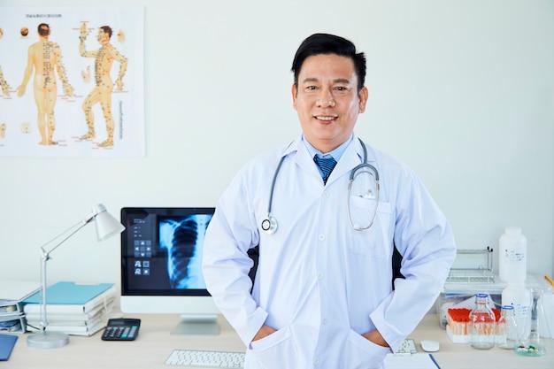Męska neurolog pozycja przy biurem