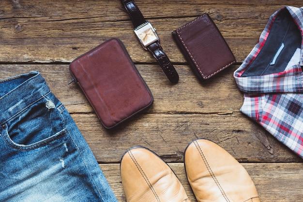 Męska odzież i akcesoria na podłoże drewniane. widok z góry