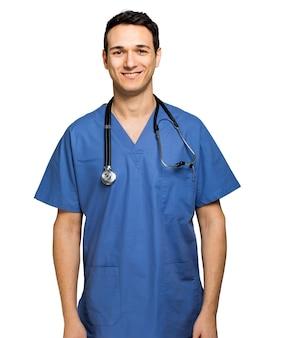 Męska pielęgniarka odizolowywająca na bielu