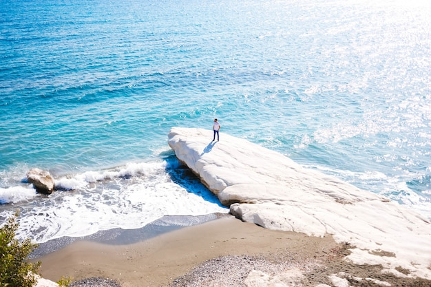Męska pozycja na wybrzeżu morze