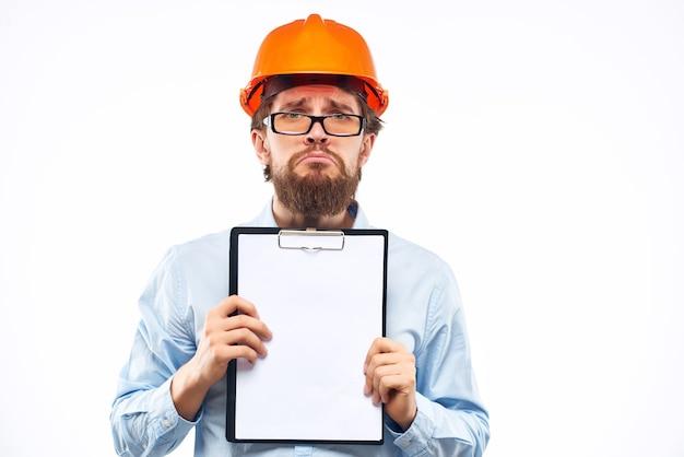 Męska praca inżyniera w branży budowlanej sukcesu na białym tle