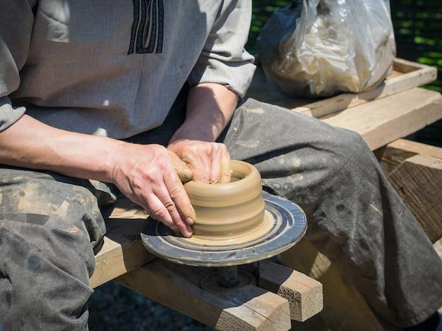 Męska ręcznie robiona ceramiczna glina w staromodny sposób.