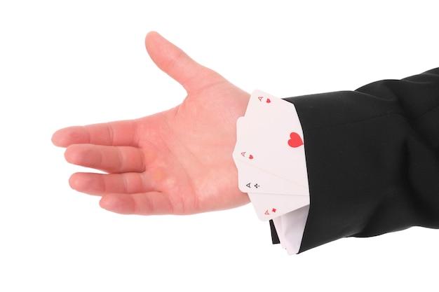Męska ręka mająca trzy asy w rękawie
