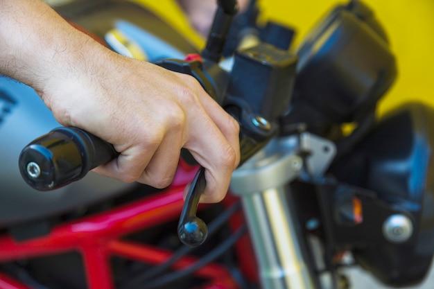 Męska ręka na motocykl rękojeści