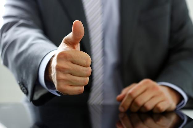 Męska ręka pokazuje ok lub potwierdza znak kciukiem