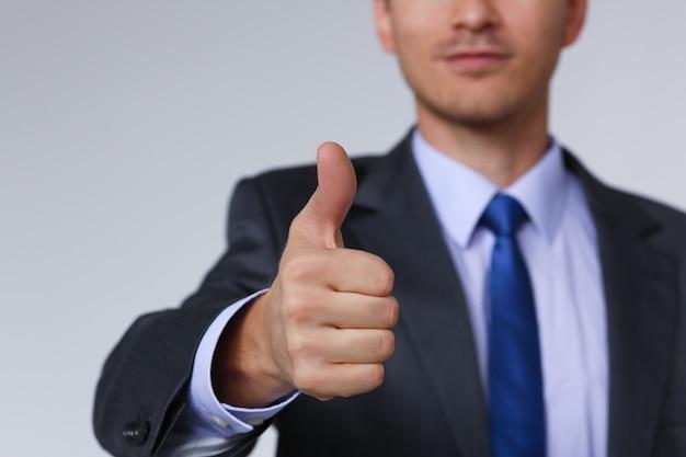 Męska ręka pokazuje ok lub potwierdza znaka