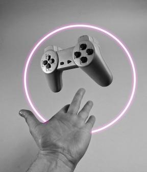 Męska ręka rzuca gamepada