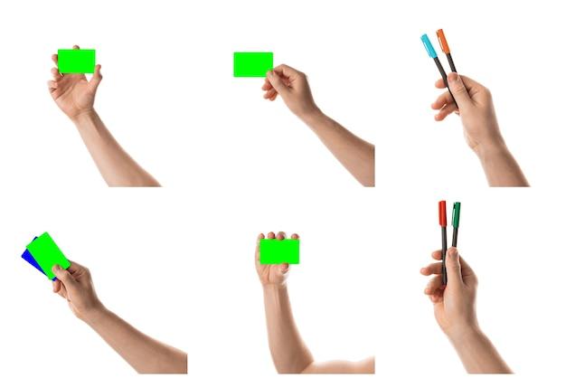 Męska ręka trzyma dwie karty kredytowe lub wizytówki izolowane za pomocą klucza chroma kolaż z ustawionych zdjęć