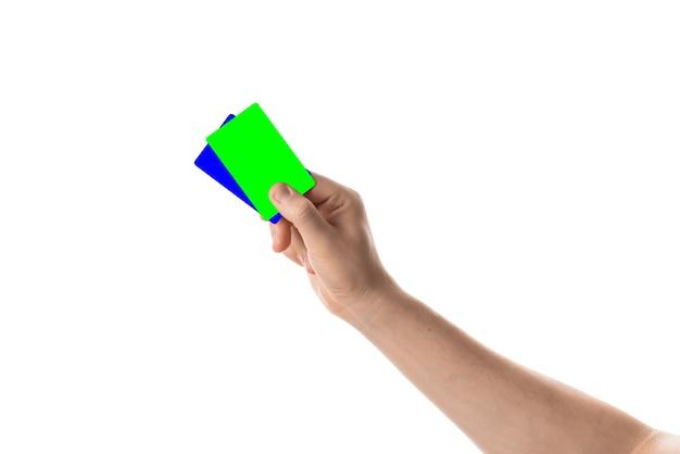Męska ręka trzyma kartę kredytową lub wizytówkę na białym tle z kluczem chroma na białym tle