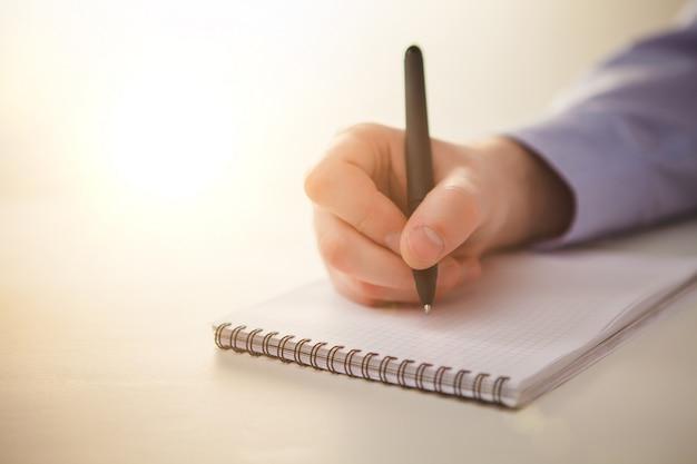 Męska ręka z długopisem