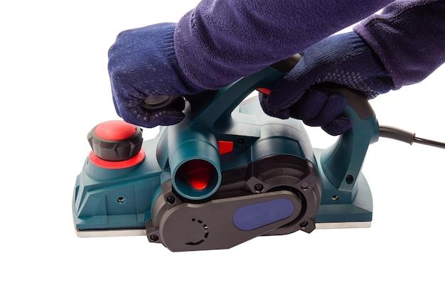 Męska ręka z elektrycznym płaszczyzną frezarki