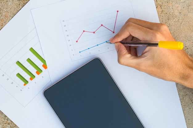 Męska ręka z mapą biznesowy dokument z cyfrową pastylką