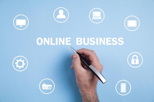 Męska ręka z piórem. biznesu online