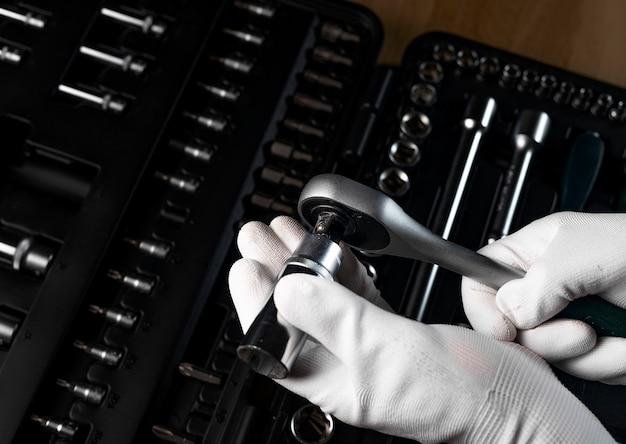 Męska rękawica budowlana z grzechotką nasadową i metalowym stalowym sześciokątnym gniazdem, sześciokątna metalowa główka. naprawa samochodów metalowe narzędzie, z bliska.