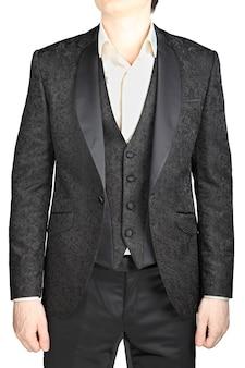 Męska suknia ślubna czarny wzór, marynarka rozpinana, kamizelka, biała koszula, bez krawata, na białym tle nad białym.