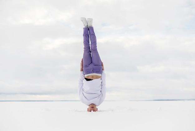 Męska tancerz pozycja na jego głowie outside